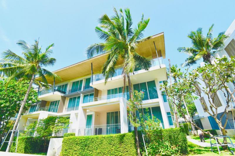 Large 3 Bedroom Condo on Top-Floor For Sale in Hua Hin – Corner Unit!