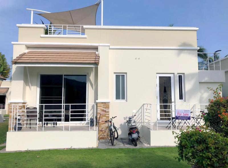 Highly maintained villa for sale in the well known Oriental Beach Pearl Resort – Only 30 min. from Hua Hin center.