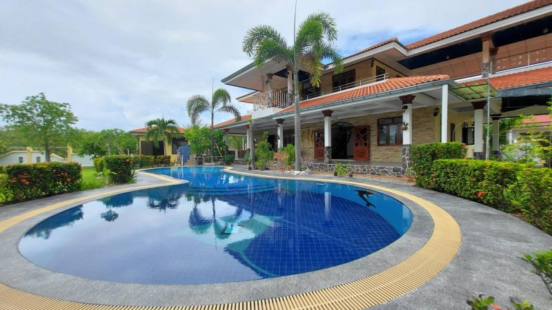 Refurbished 4 bedroom pool villa for sale in Huay Yang, Thap Sakae – 500 m from beach!